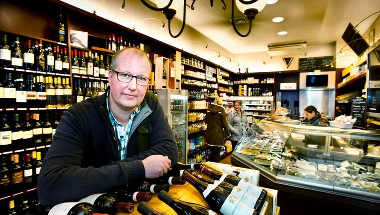 Erik Muller in 'kruidenier' Pasteuning aan de Willemsparkweg. Beeld www.klaasfopma.nl
