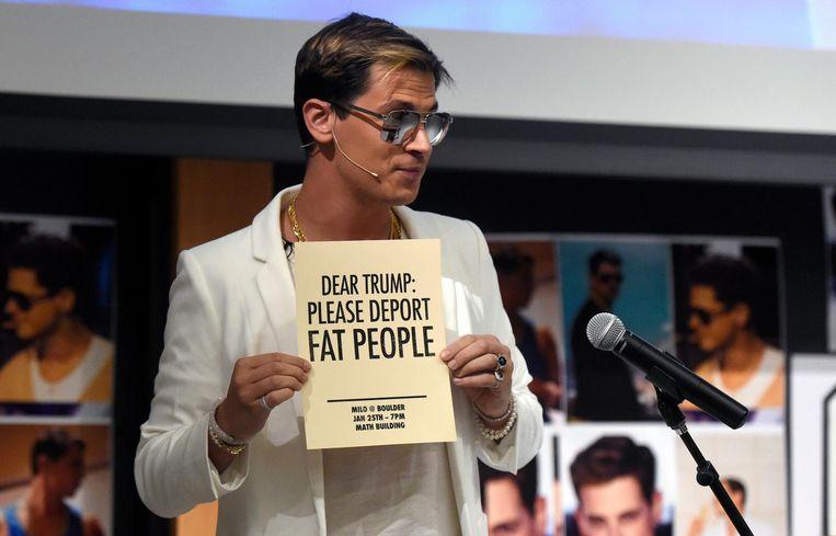Milo Yiannopoulos tijdens een van zijn optredens, waarbij hij Donald Trump vroeg om dikke mensen te deporteren. Beeld ap