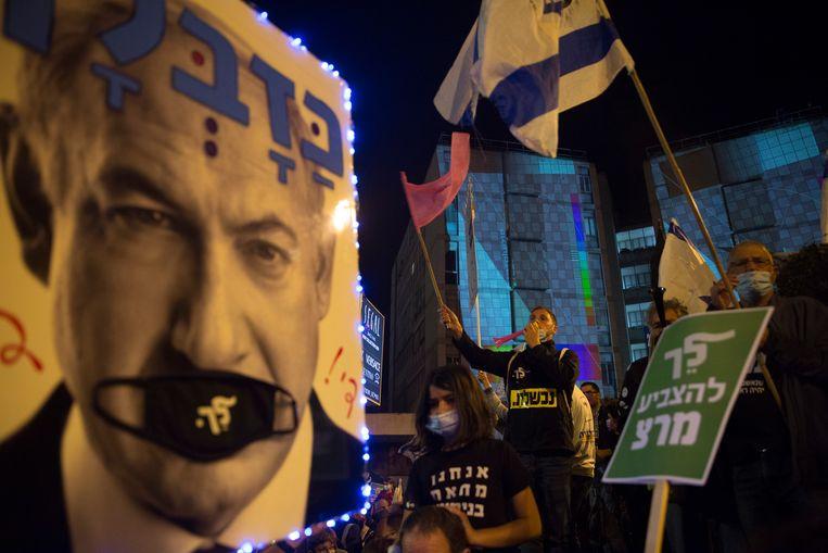 Israëli's demonstreren tegen Benjamin Netanyahu. Volgens een peiling wil 51 procent van de kiezers dat hij opstapt, maar tegelijkertijd is Netanyahu wel populairder dan zijn tegenstanders.  Beeld Getty Images