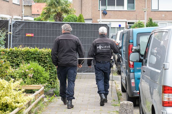 Specialisten en rechercheurs van de politie doen onderzoek bij de woning aan de Jan Vermeerstraat. In deze woning werd eerder dit jaar het levenloze lichaam van een baby gevonden.