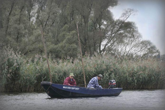 Biesbosch: vissen is watersport bij deze hengelaars. (archieffoto)