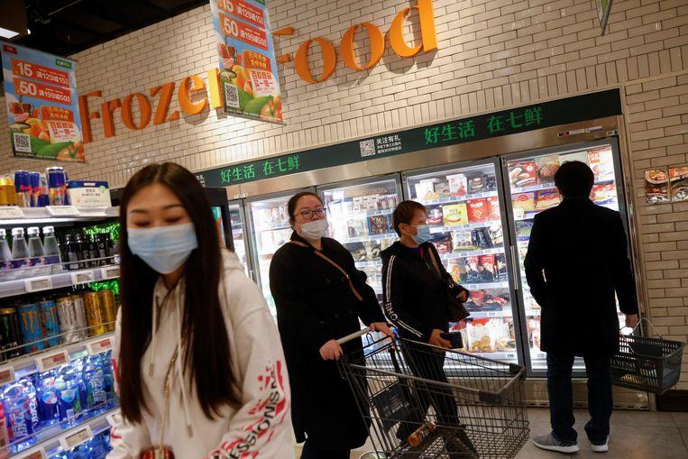 Ieder nieuw covidgeval is er wat betreft Beijing een te veel, dus ook bevroren voedsel wordt getest.  Beeld Reuters