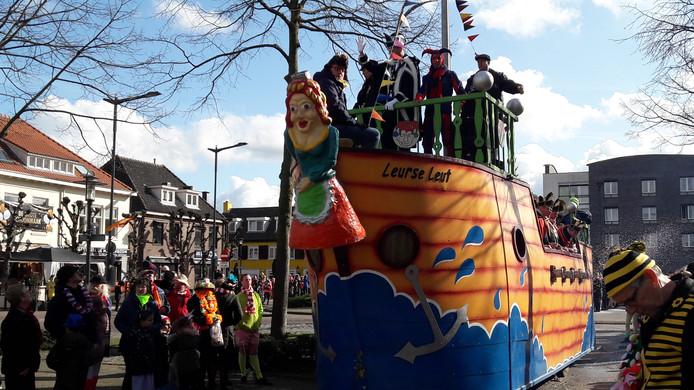 De prinsenwagen van Leurse Leut, met leutvorst Carolus I, wijst de weg.