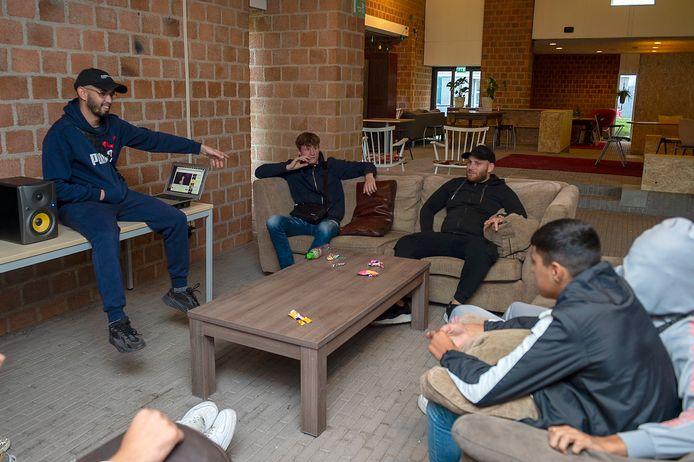 Yousef Kaddouri (links), ook wel bekend als YSF, leert jongeren in De Broedplaats in Langdonk de kneepjes van het rapvak.