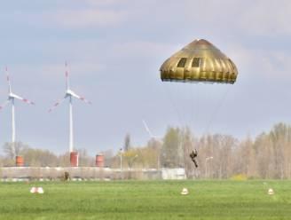 Tweede dag paradrop op rij lokt honderdtal nieuwsgierigen naar militair vliegveld