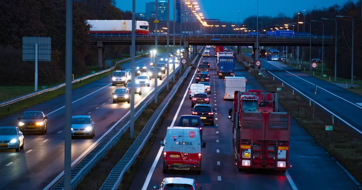 Flinke file op A28 bij Zwolle door ongeluk: twee rijstroken dicht.
