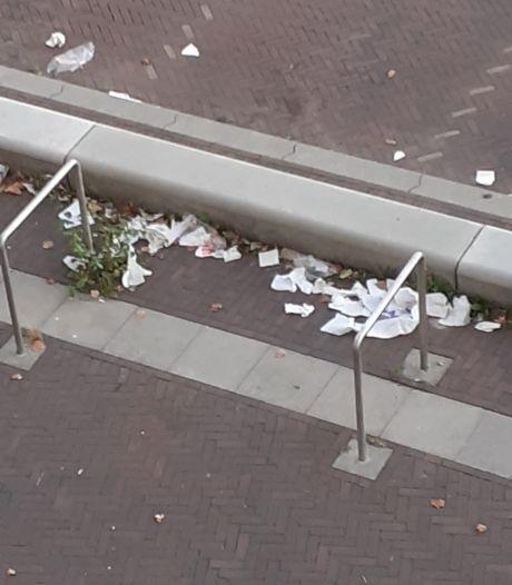 Politiek en bewoners pleiten voor vaker legen afvalbakken rond Kamper winkelcentra