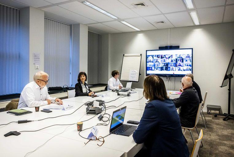 OMT-leden tijdens een vergadering. Maarten Keulemans: 'Ik probeer in mijn stukken ook wetenschappers aan het woord te laten buiten het kringetje van het RIVM en het OMT, om kokerzicht te voorkomen.' Beeld ANP