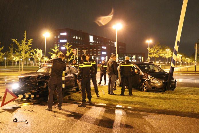 De auto's raakten zwaar beschadigd bij de botsing.