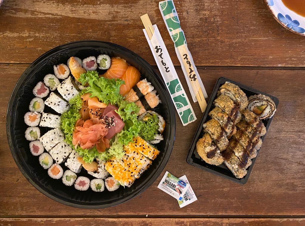Een schotel vol met sushi.