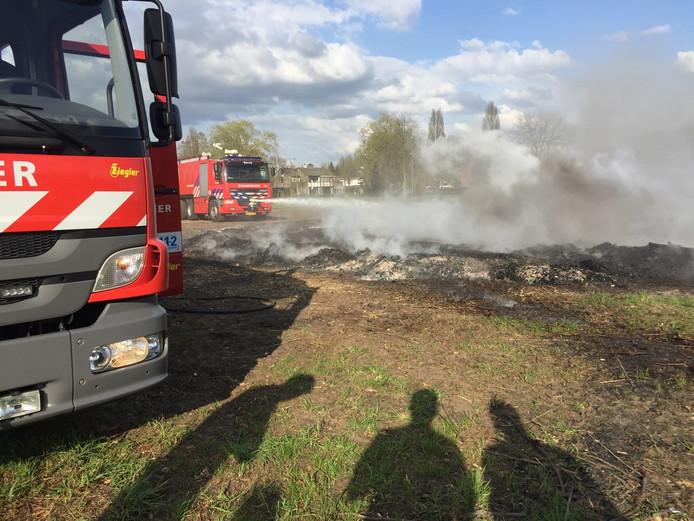 Op de plek van het paasvuur in Borne laaide het vuur weer op.