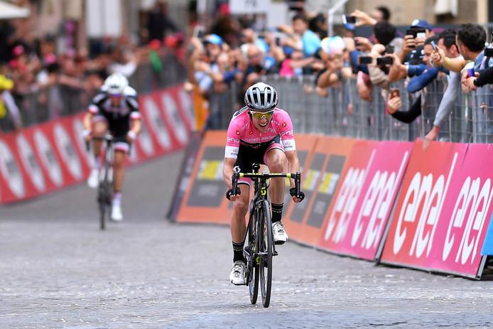 Misschien wel een van de mooiste finales in een wielerwedstrijd van de laatste jaren: Simon Yates klopt in de roze trui nummer 2 Tom Dumoulin in de 11de etappe van de Giro.