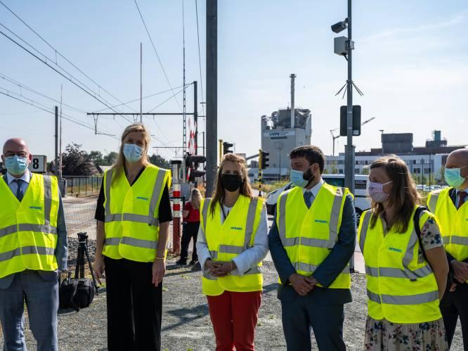 """Eerste roodlichtcamera aan overweg is start nieuwe veiligheidscampagne rond spoorwegen: """"Kon je niet wachten? We hebben je gezien!"""""""
