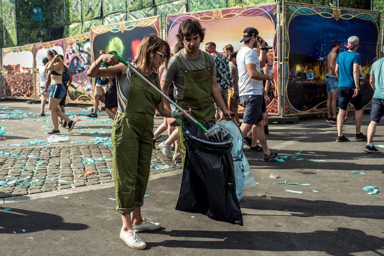 Onze journalist Katrin helpt mee met het Recycle Team op Tomorrowland 2018 Beeld Tine Schoemaker