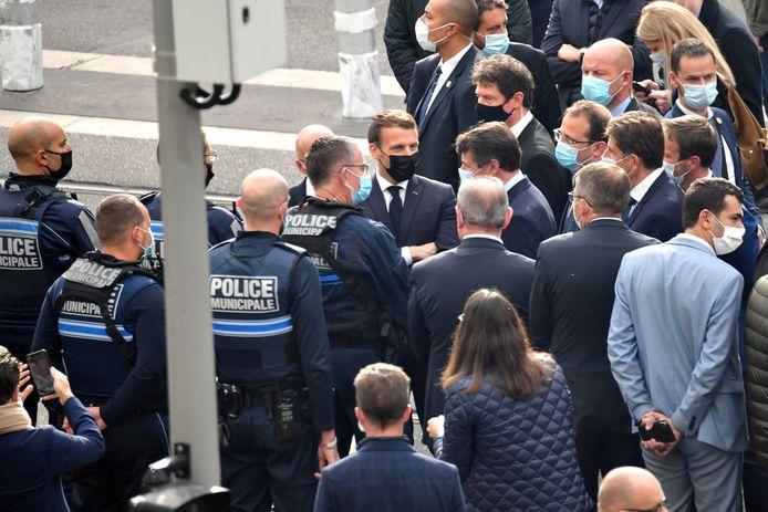 Emmanuel Macron saluant les forces de sécurité après l'attentat à Nice.