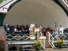 Eucharistie vieren in het Scholtenhagenpark: samen schuilen onder een megapartytent