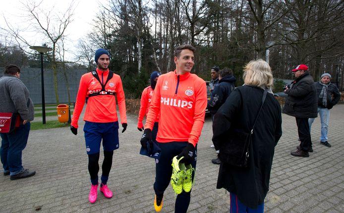 Trainingscomplex De Herdgang van PSV: buiten coronatijd een bonte verzamelplek. Gastón Pereiro en Santiago Arias voelden zich er in hun PSV-tijd thuis.