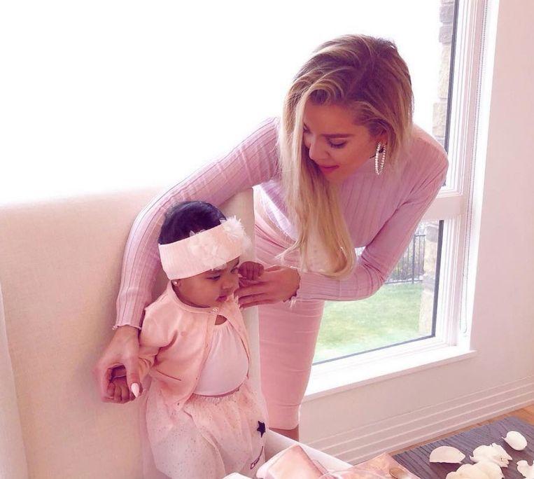 Khloé Kardashian en haar dochter True op Thanksgiving.