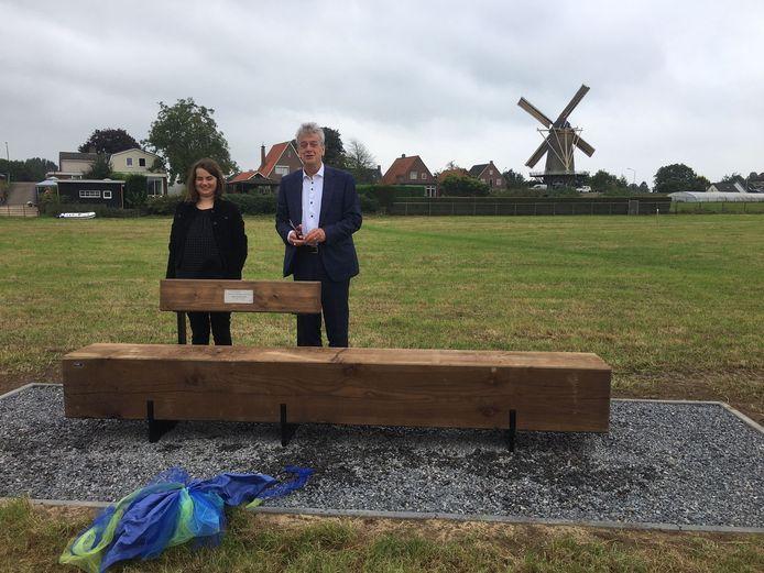 Het bankje werd onthuld door oud-burgemeester Fons Naterop van Aalburg en Eva, de kleindochter van Anne van den Hof.