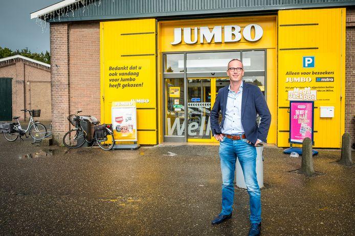 Gerrit Roeke voor zijn Jumbo supermarkt in Elburg.