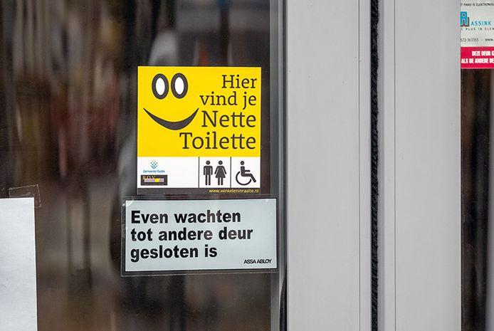 Waar deze sticker op de deur is geplakt, kan de wc gebruikt worden.