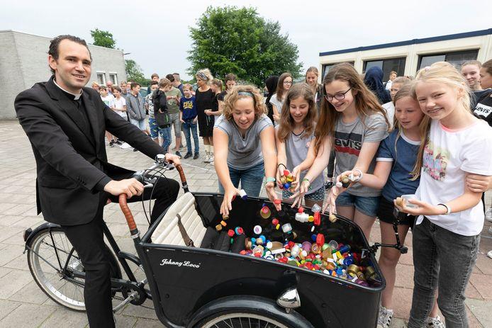Kapelaan Pieter Zimmerman bij het Elde College Sint-Michielsgestel, een van de scholen waar hij doppen ophaalde voor de KNGF-actie blindengeleidehonden.