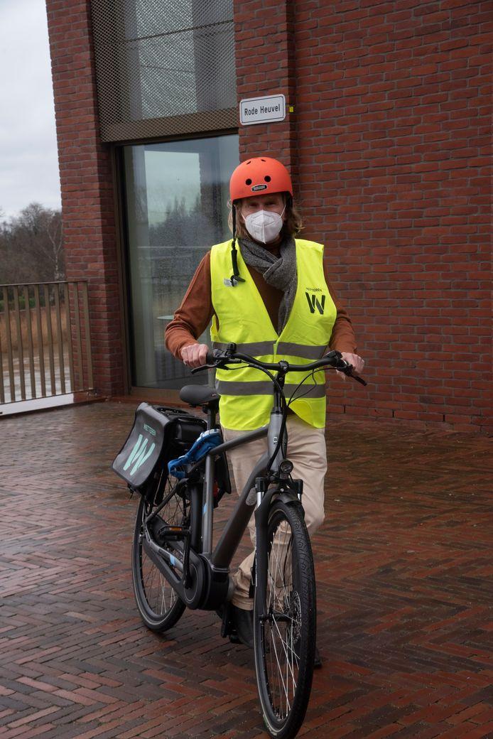 Schepen Van Heddeghem test één van de elektrische deelfietsen voor het personeel van de gemeente.
