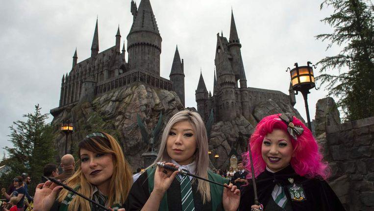 Fans voor Zweinstein in de 'Wizarding World of Harry Potter' in Universal Studios, Hollywood.