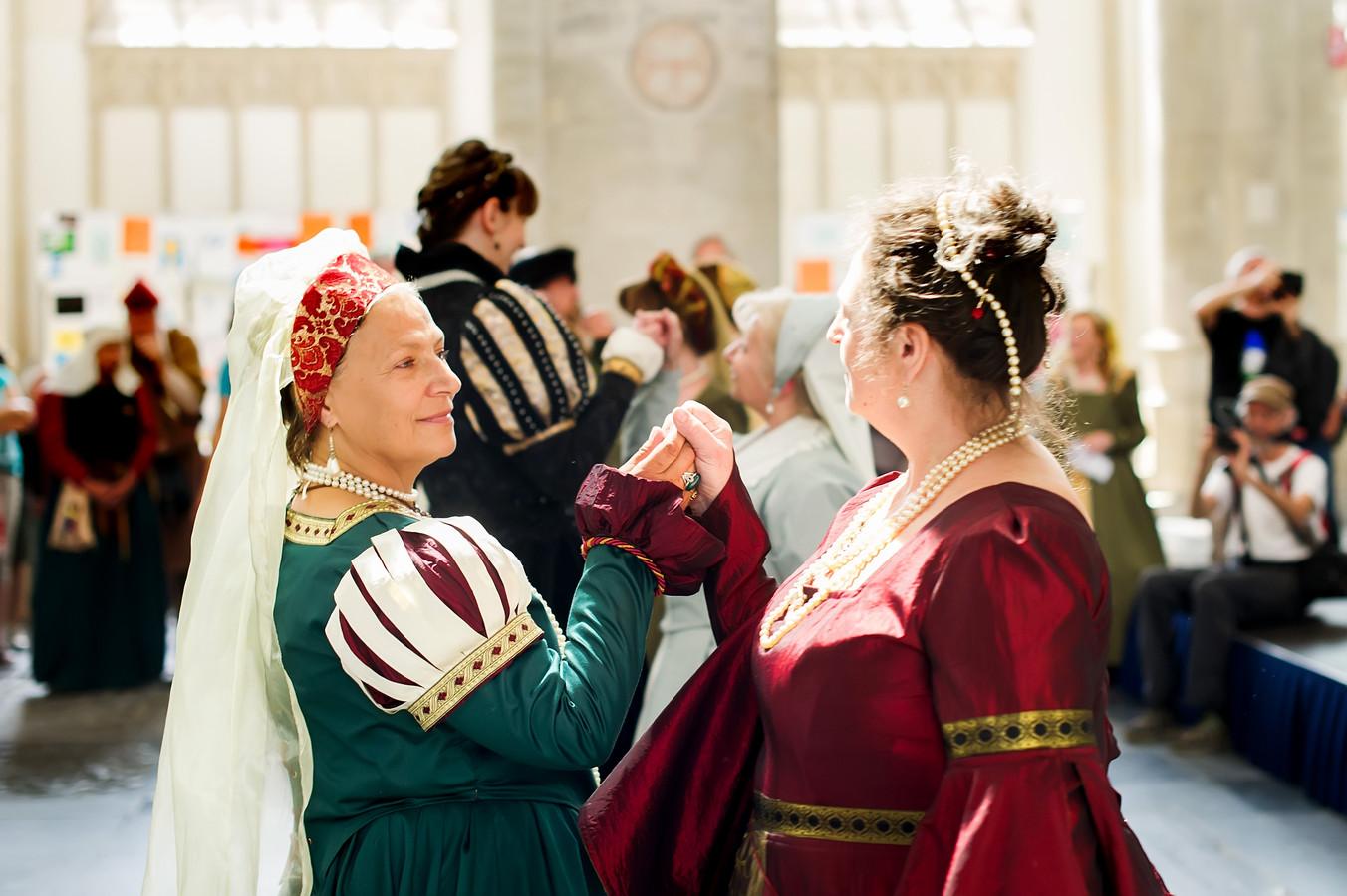 Dansgroep Passi laat historische dansen zien in de grote kerk in het kader van de Nassaudag