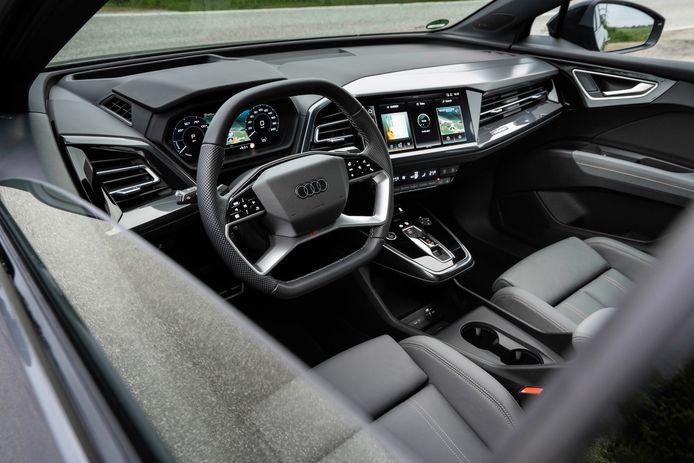 Het (indrukwekkend diepe) dashboard is scherp ontworpen en zit ergonomisch beter in elkaar dan die van de Volkswagen ID.4