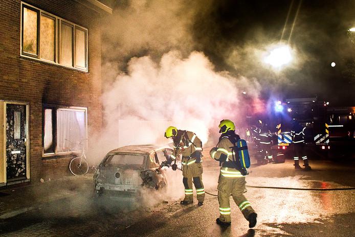 Aan de Willem Marisstraat in Dordrecht is in de nacht van donderdag op vrijdag een auto in vlammen opgegaan.