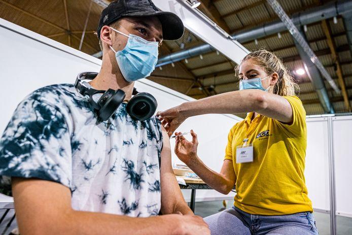 Op de vaccinatielocaties van de GGD Brabant Zuidoost in Eindhoven en Helmond kunnen mensen vanaf zaterdag ook zonder afspraak terecht.