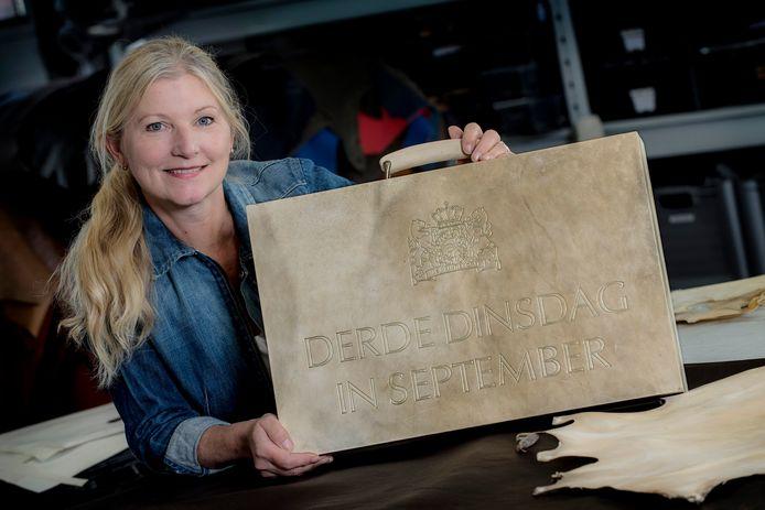 'Het koffertje' van tassenmaker Leonie Roeffen uit Tiel staat voor een tentoonstelling in het Haags Historisch Museum. Ze maakte een replica van het koffertje waar op de derde dinsdag in september de Prinsjesdagstukken in zitten.