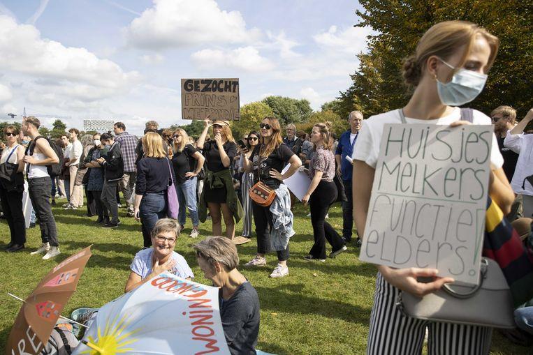 Demonstranten protesteren tegen de problemen op de woningmarkt en eisen hervormingen tijdens het Woonprotest in het Westerpark.  Beeld ANP