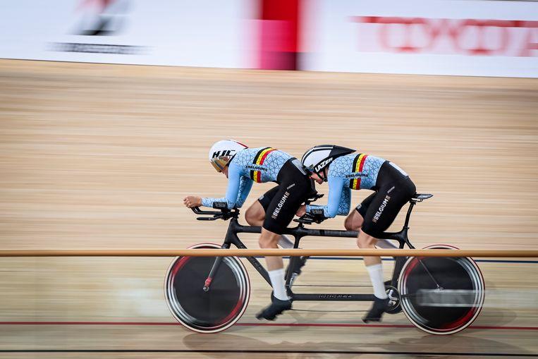 Baanwielrenster Griet Hoet en pilote Anneleen Monsieur aan het werk op de Paralympische Spelen in Tokio. Beeld BELGA