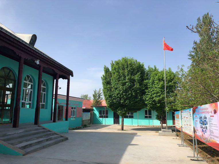 In de gemeente van Ordabay Aytan stonden vroeger zeven moskeeën, nu nog één. In deze nog werkende moskee hangen vijf bewakingscamera's in de gebedszaal, waarvan één gericht op de mihrab, waar de imam voorgaat in het gebed.  Beeld Leen Vervaeke