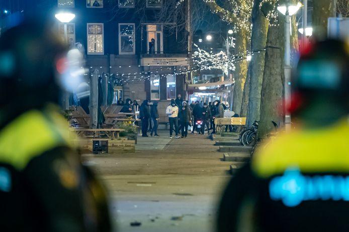 Op de Beijerlandselaan in Rotterdam-Zuid wordt de politie bekogeld met stenen en vuurwerk en voert de ME charges uit om de orde te herstellen.