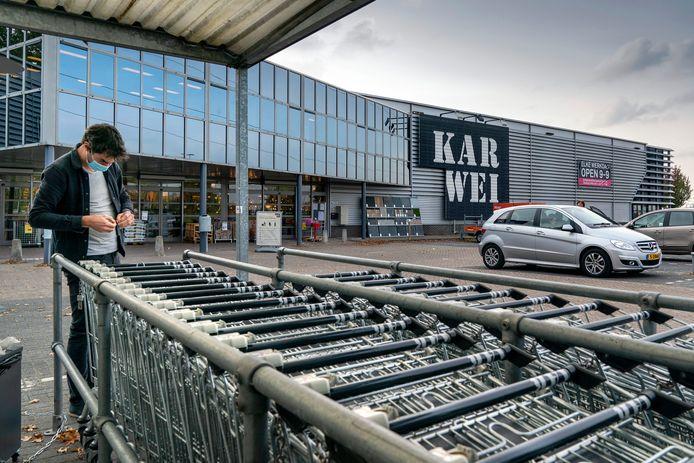 Bouwmarkten als Karwei en Gamma laten vanaf woensdag weer mondjesmaat klanten toe in de winkel.