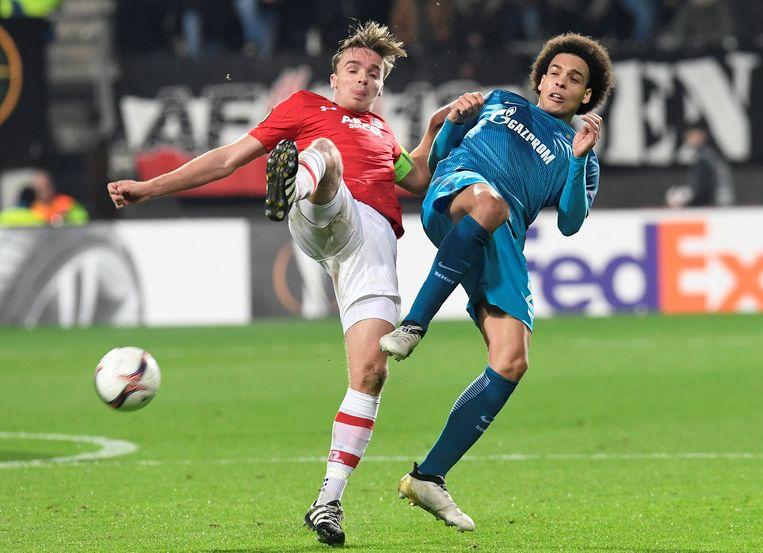 Axel Witsel in duel met Riensta, auteur van de 1-0 voor AZ. Beeld REUTERS