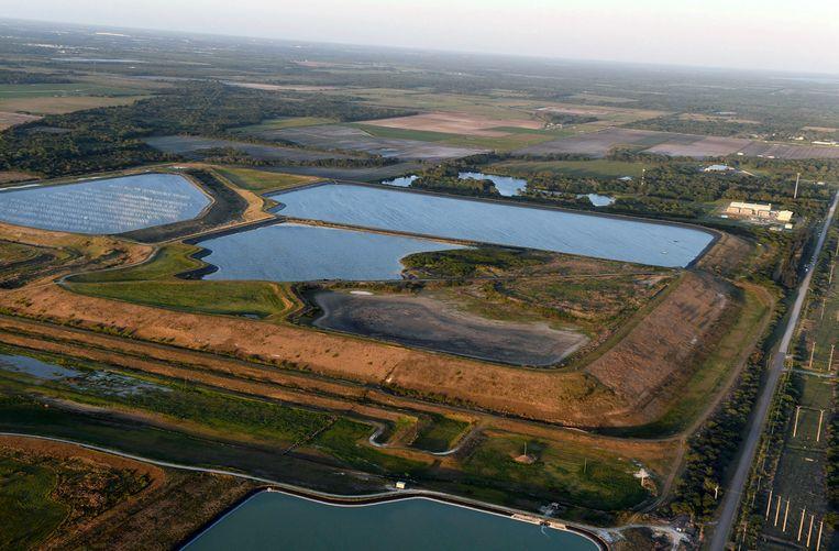 Het reservoir met afvalwater nabij de voormalige Piney Point-mijn in Florida. Er wordt momenteel met man en macht gewerkt om een dijkdoorbraak te voorkomen. Beeld AP