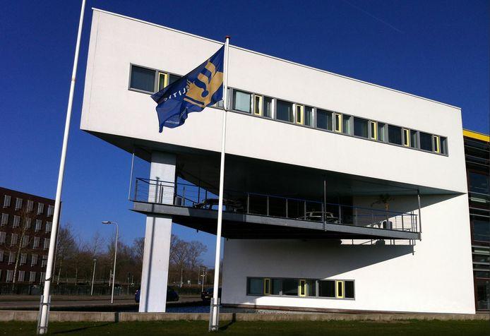 Het politiebureau in Deventer. Het bijbehorende cellencomplex zal worden gesloten.