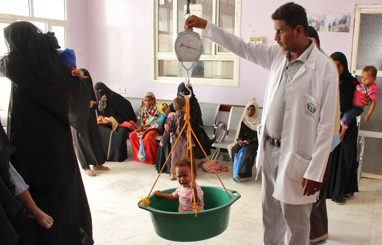 Een gevlucht kind wordt gewogen in Hajjah ten noorden van Sanaa. Beeld AFP