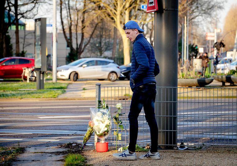 Een jongen legt bloemen op het 24 Oktoberplein, de dag na de aanslag waarbij drie mensen om het leven kwamen. Beeld anp