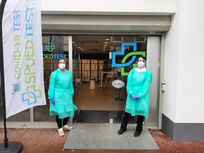 De medewerkers van Spoedtest.nl aan de Heuvelstraat in Oss. Per dag komen er - op afspraak - enkele tientallen mensen voor een test. Links Chantal van den Akker.