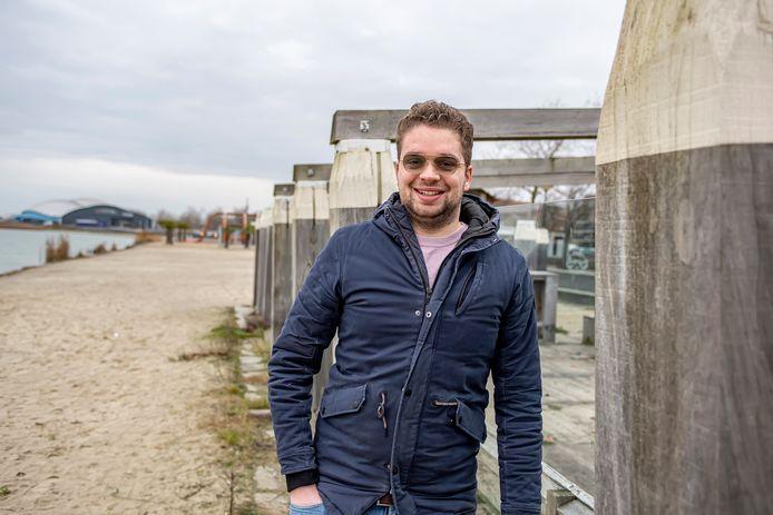 Thijmen van Gorkum heeft het oude pand van Emma's IJssalon aan de Boulevard gekocht. Hij (eigenaar van restaurant La Grotta) vertelt over zijn plannen daarmee. Het buitenterras aan het strandje speelt een prominente rol en zal grondig worden opgeknapt.