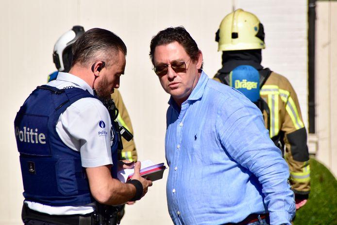 Bewoner Geert Callewaert in gesprek met de politie.