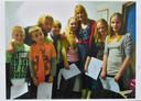 Daniëlle (r) en haar zusje staan hier tussen Pepijn Gunneweg en Jetske van den Elsen. Zij waren toen de presentatoren van de BZT-show.