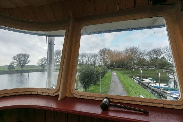 Een blik op de jachthaven en De Soepkom (links) in Hedel.