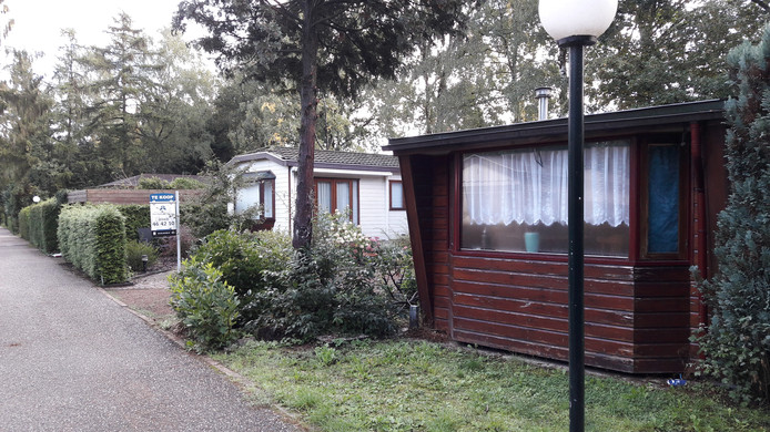 Veel recreatiebungalows in Putten staan leeg of te koop, nu de gemeente Putten sinds 2014 hoge dwangsommen oplegt aan mensen die illegaal permanent wonen in de vakantiechalets.