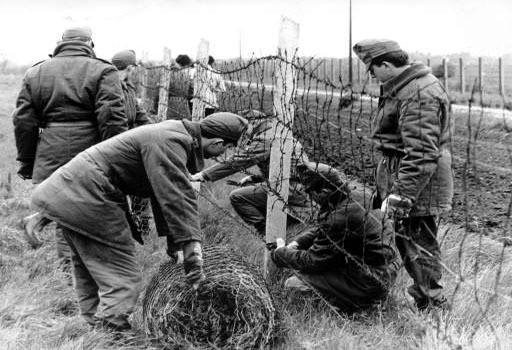 """Le 2 mais 1989, des soldats hongrois entament le démontage du """"Rideau de fer""""."""